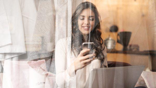 Donna che guarda smartphone