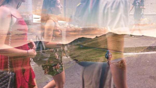 Persone che camminano in un paesaggio collinare