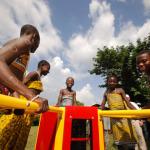 Na África, crianças geram energia para suas escolas enquanto brincam no gira-gira