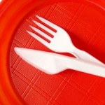 França é primeiro país do mundo a proibir venda de pratos e talheres descartáveis
