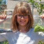 Menina de 9 anos cultiva horta para alimentar moradores de rua