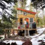 Casal constrói casa minimalista usando, apenas, materiais que encontrou no lixo