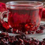 Chá de hibisco ajuda a combater obesidade e doenças do coração. Confira 5 benefícios da bebida para a saúde!