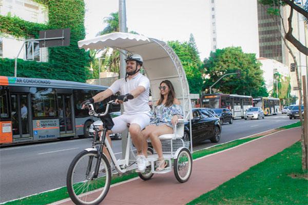 Carona de bike gratuita é oferecida na Avenida Paulista, em SP
