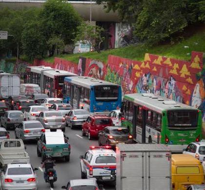 Veículos poluentes causam 4 milhões de novos casos de asma infantil no mundo por ano, diz estudo