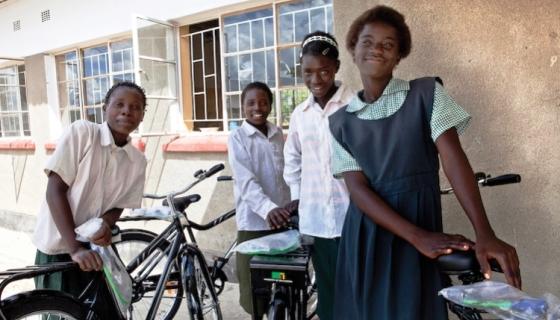 Cápsulas de café usadas são transformadas em bicicletas. A cada 1 vendida, outra é doada para 1 menina poder ir à escola