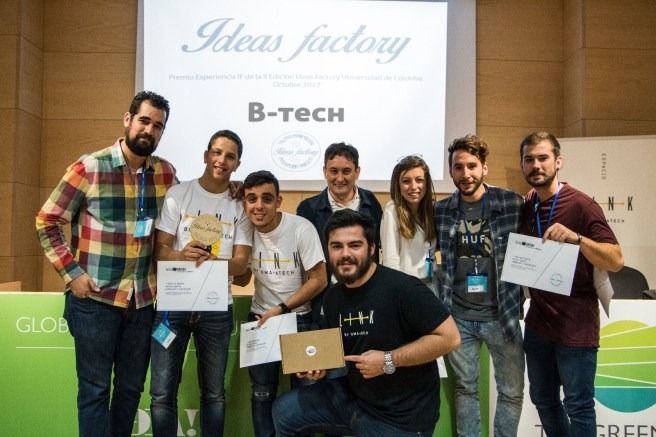 Estudiantes universitarios ganadores junto al vicerrector de Innovación Social y Emprendimiento y a Carlos Martín Guevara, organizador de Ideas Factory