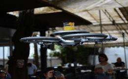 Dron entregando bebida en un restaurante en Singapur