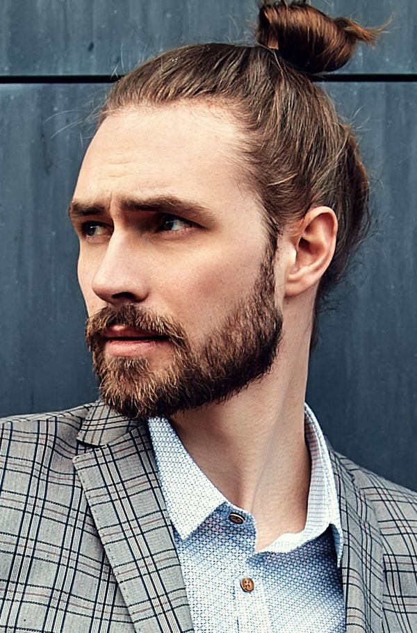 Modern messy man bun hairstyles for guys 4