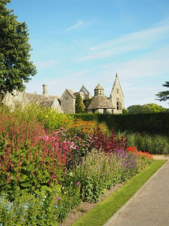 ruines stately home and flower gardens