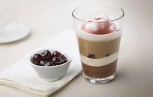 Prepárate un exquisito café con crema de avellanas y cerezas