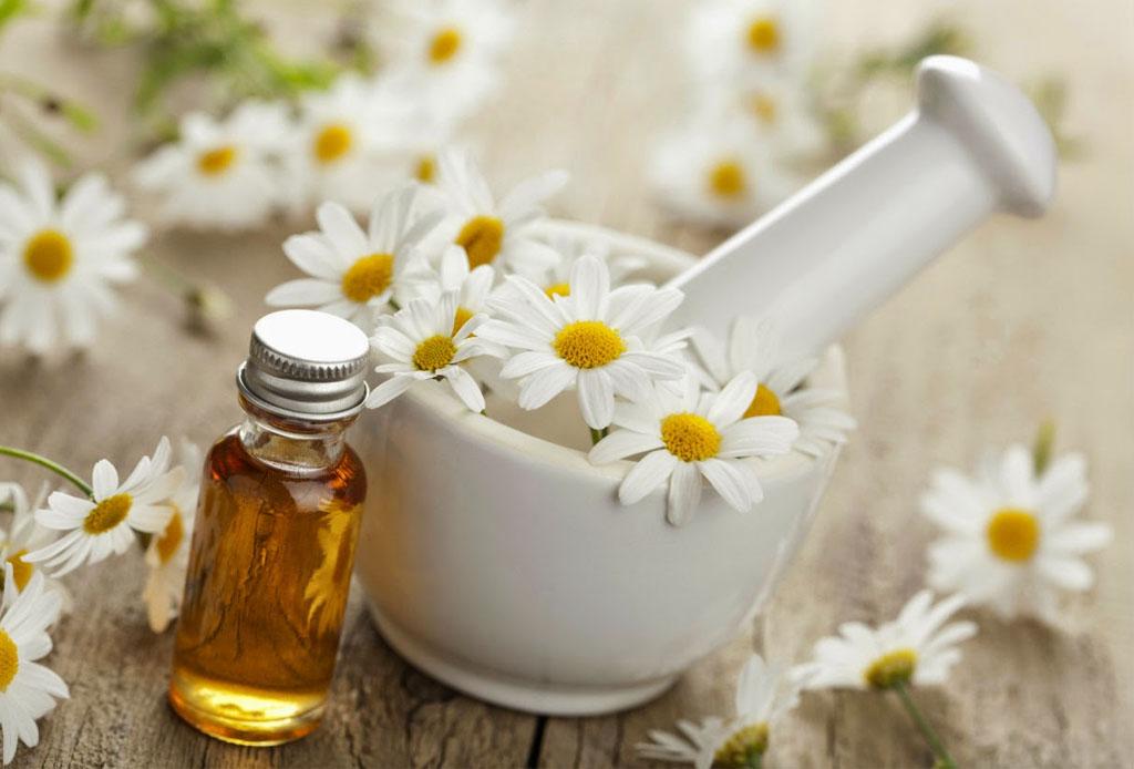 Remedios naturales para reducir el enrojecimiento de tu piel - manzanilla-1024x694