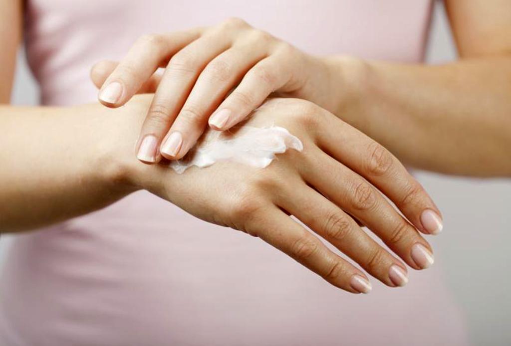 Prepara tu piel para el invierno, sigue estas recomendaciones - manos-crema-1024x694