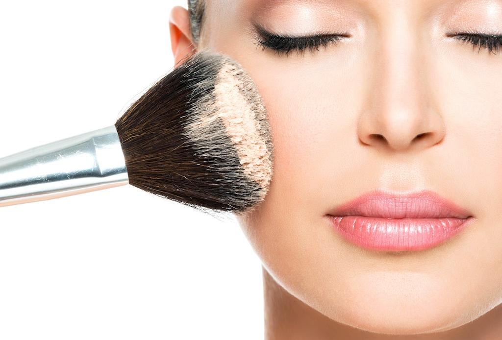 6 trucos de maquillaje para esconder los estragos de la fiesta - maquillaje-cruda-4