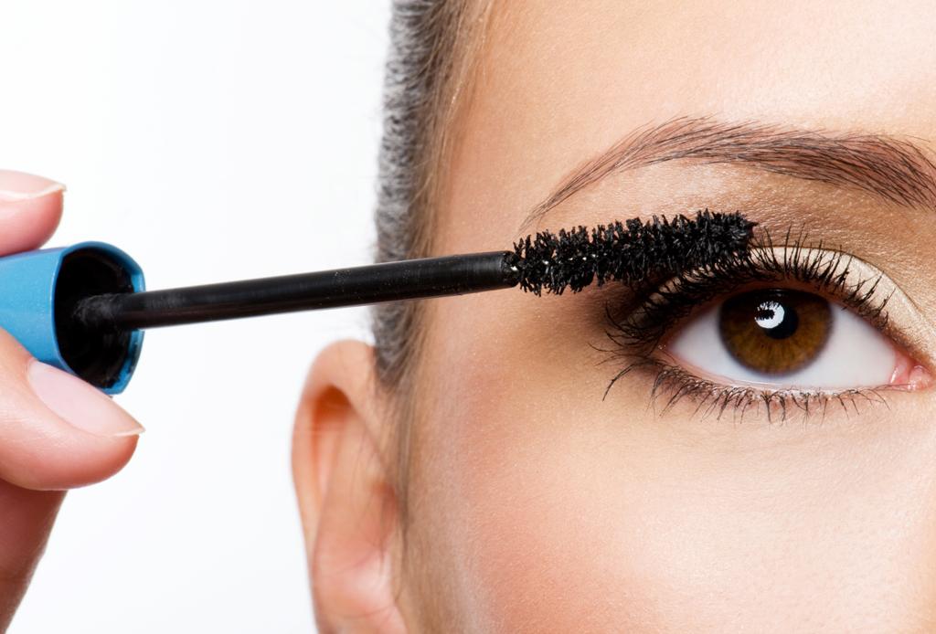 6 trucos de maquillaje para esconder los estragos de la fiesta - maquillaje-cruda-5
