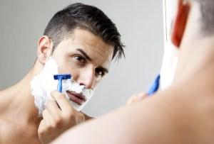 8 productos que jamás deben faltar en el baño de un hombre