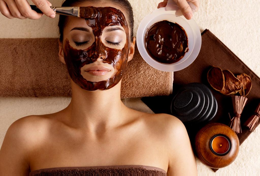 Consiéntete con una mascarilla de chocolate y miel