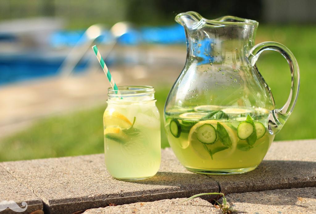Prepara una refrescante limonada con menta y jengibre