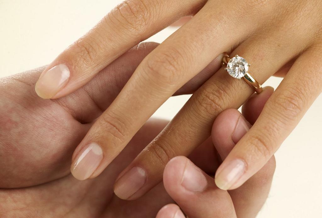 conoces la regla de las 4 c's de los anillos de compromiso?