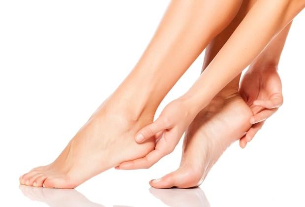 ¿No aguantas los tacones? Sigue estos 7 tips para usarlos todo el día - hidrata-tus-pies-1024x694