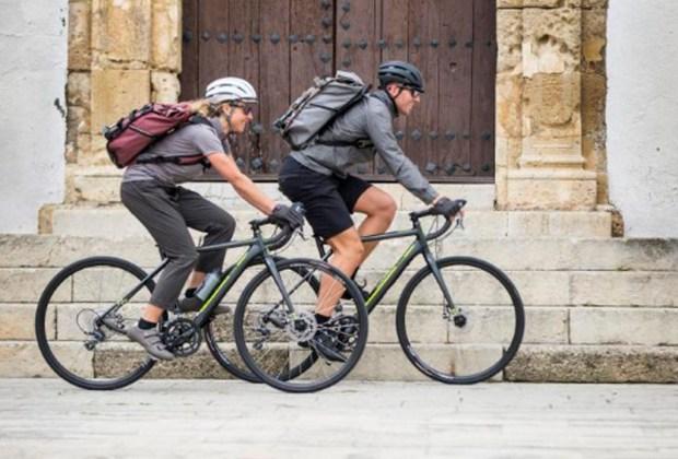 6 prendas que todo ciclista urbano necesita - tenis-1024x694