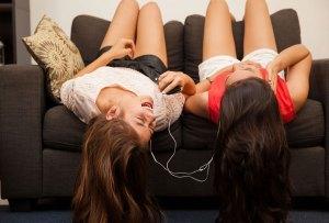 LA playlist para cantar a todo pulmón con tu mejor amiga
