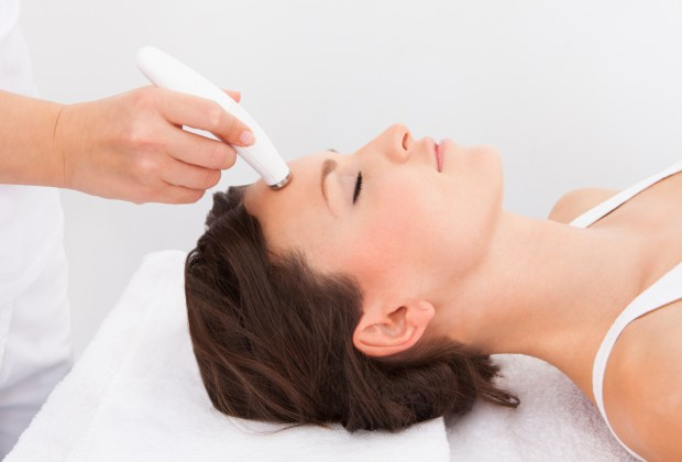 5 tratamientos que sustituyen a las cirugías estéticas - cuidado-de-la-piel-cara-radio-frecuencia-1024x694