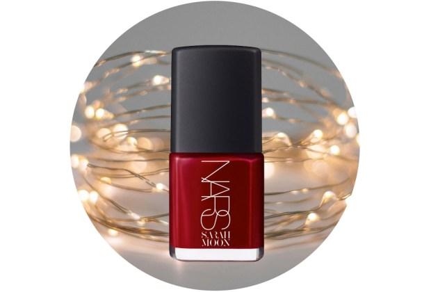 10 nuevos esmaltes de uñas para usar esta temporada de fiestas - nars-nail-polish-in-la-dame-en-noir-sarah-moon-1024x694