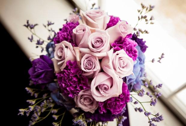 Lo que ya NO estará en tendencia para las bodas en 2017 - flores-moradas-ramo-boda-1024x694