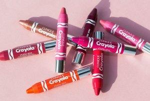 ¡Amarás los nuevos lipsticks de Crayola y Clinique!