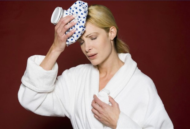 Cómo reparar tu piel después del alcohol y las fiestas - piel-compresa-hielo-1024x694