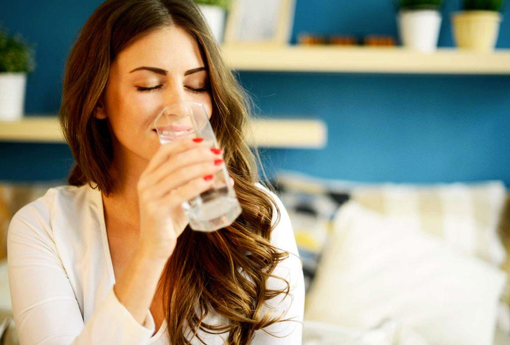¿Por qué deberías tomar dos vasos de agua al despertar?