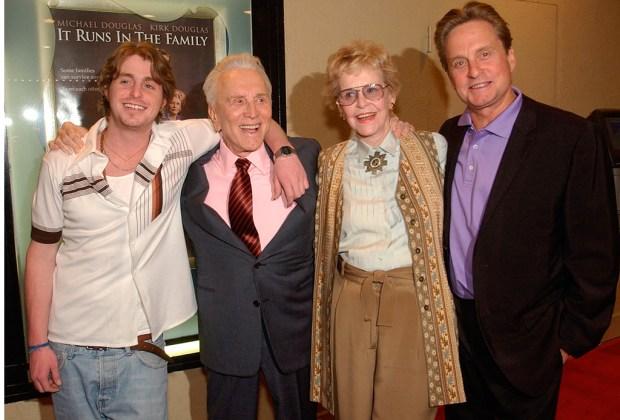 Padres e hijos que actuaron en la misma película - douglas-1024x694