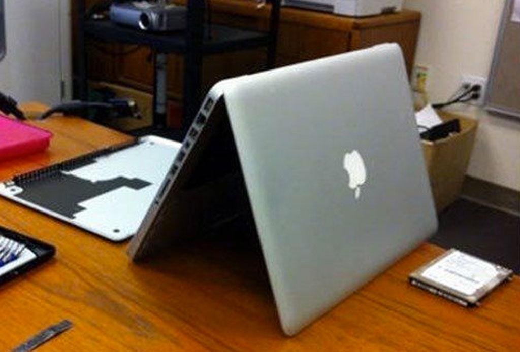 Lo que debes hacer si derramas líquido en tu laptop - boca-abajo