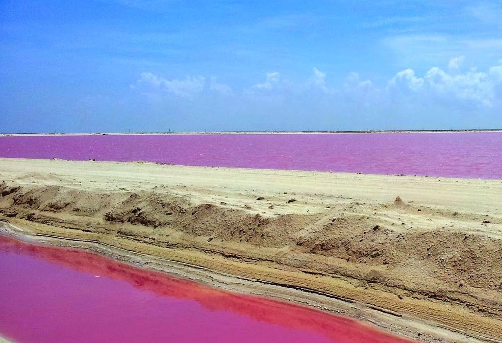 Destinos donde encontrarás lugares con agua rosa
