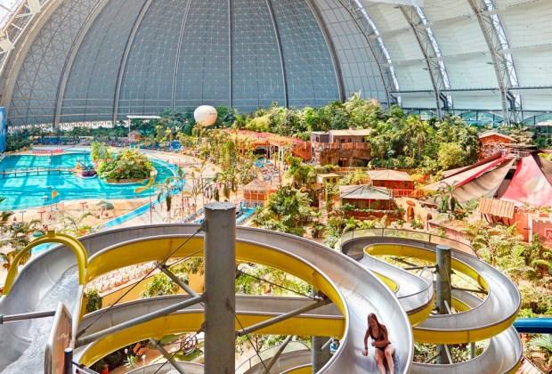 ¡El parque acuático más grande está dentro de un hangar de aviones! - resbaladilla-1024x694