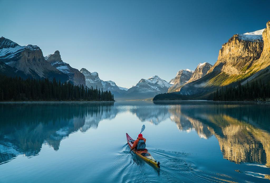 Fotografía de Chris Burkard sobre un hombre en canoa.