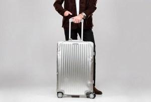 Rimowa celebra el 80 aniversario de su maleta de aluminio con varios famosos