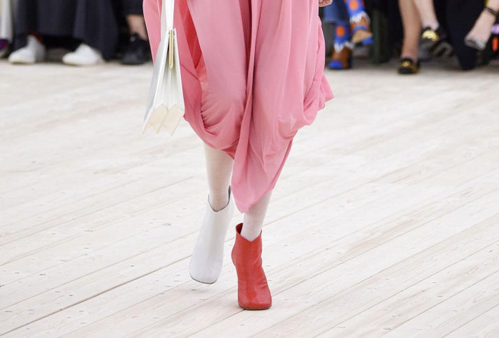 Usar zapatos de distintos colores ahora es una tendencia - tendencia-zapatos-distinto-color-2