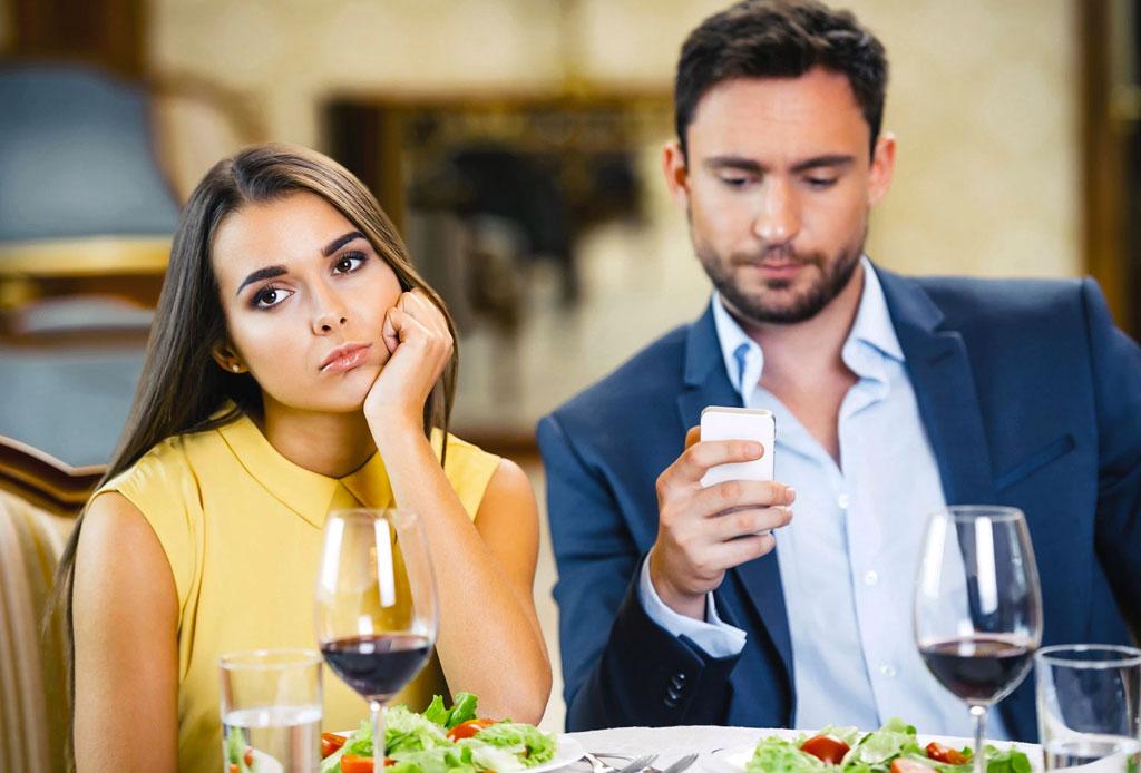 Sneating: salir en un date con alguien para que les inviten la cena