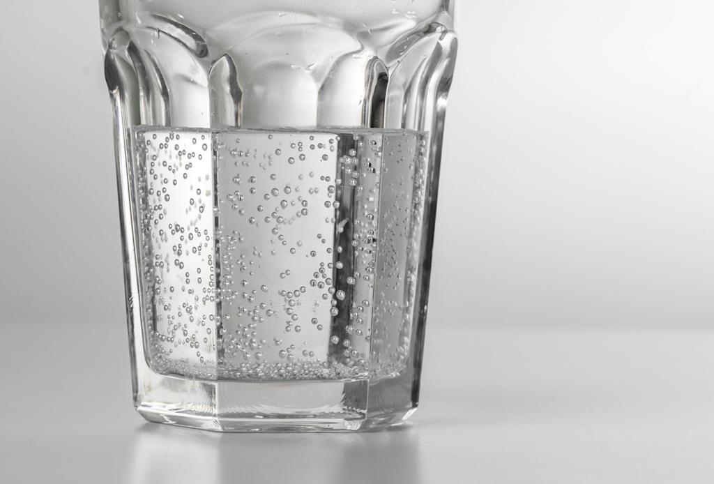 Estos alimentos son clave para ayudarte a curar la cruda - agua-mineral-1024x694