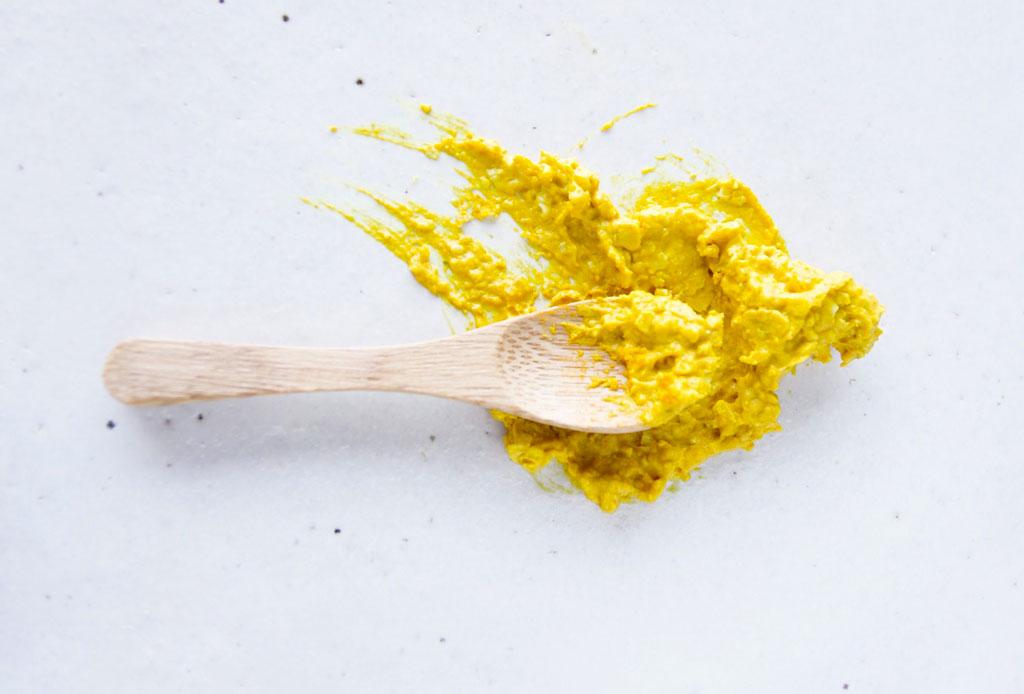 Prepara esta mezcla de cúrcuma para deshacerte de las ojeras - curcuma-belleza-receta