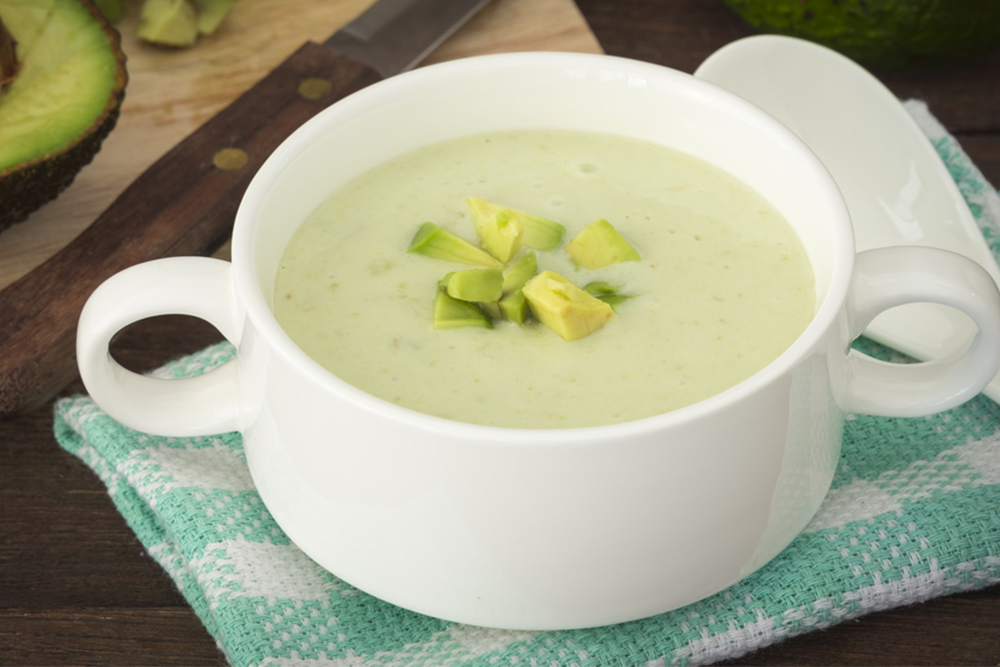 ¿Sopa fría? Prepara esta receta de aguacate con queso