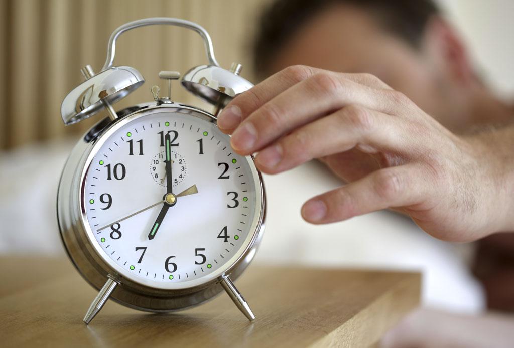 El por qué NO deberías poner tu alarma para despertar los fines de semana - alarma-dormir-3