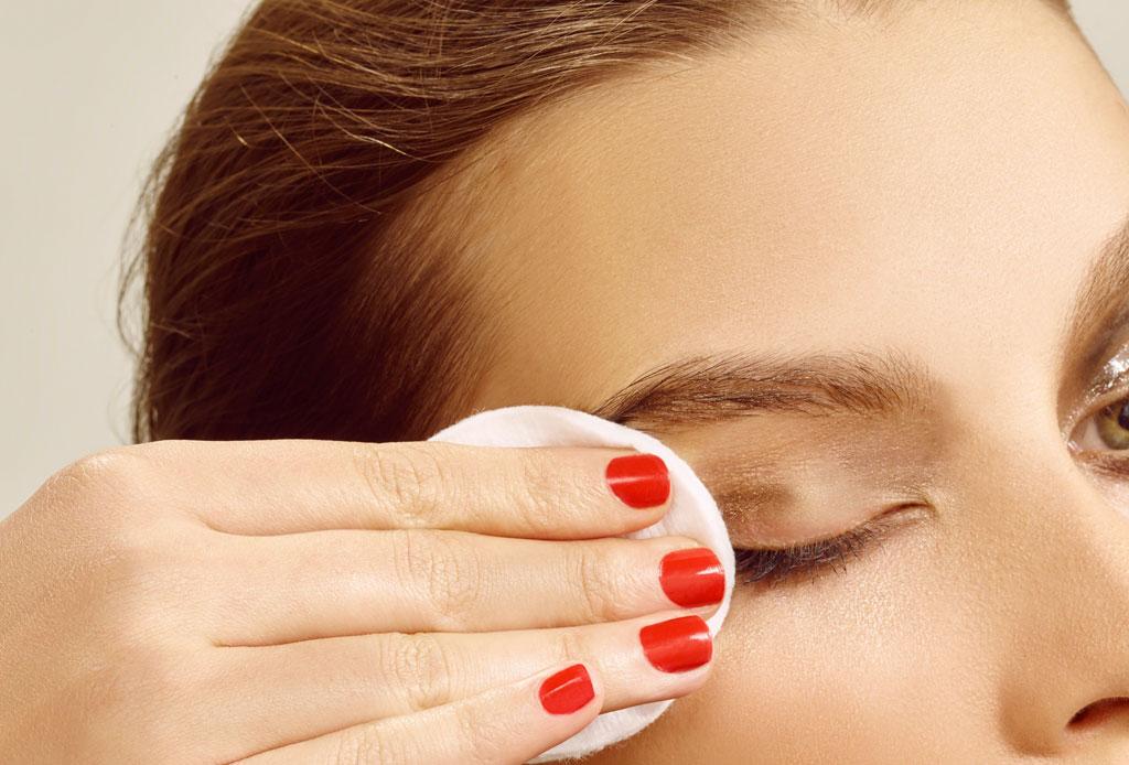 Aprende a desmaquillar tus ojos correctamente sin dañar tu piel - desmaquillar-ojos-correctamente-2