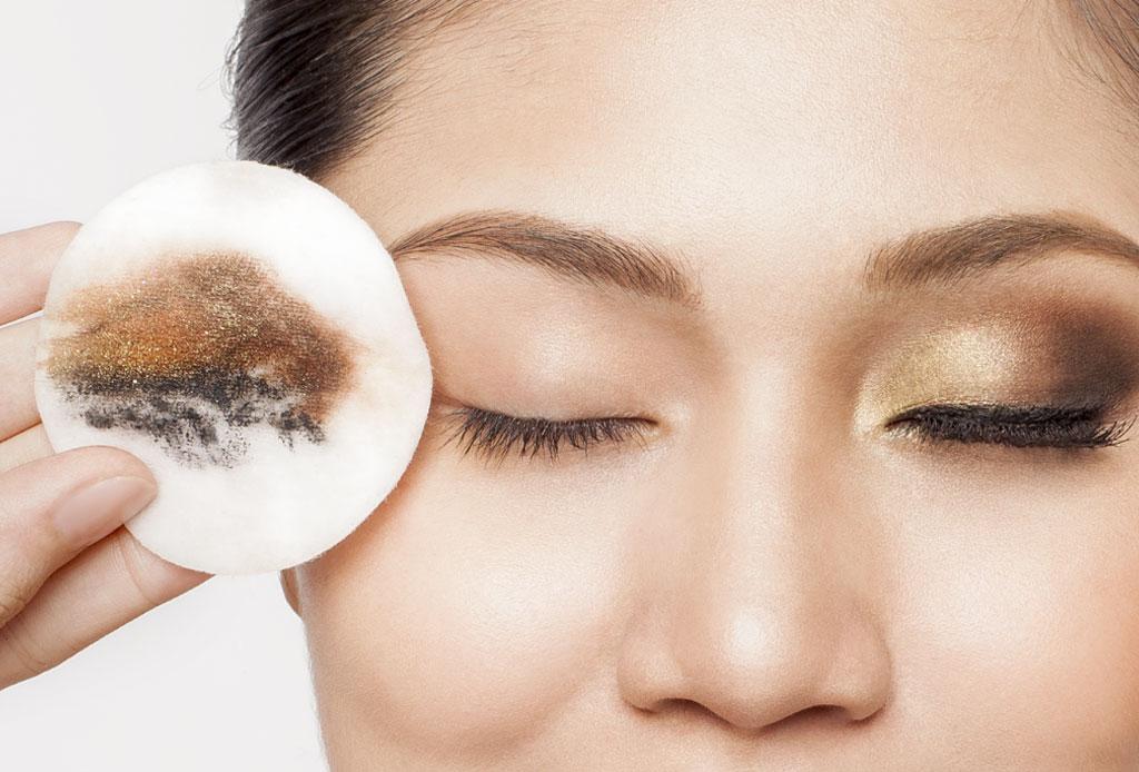 Aprende a desmaquillar tus ojos correctamente sin dañar tu piel
