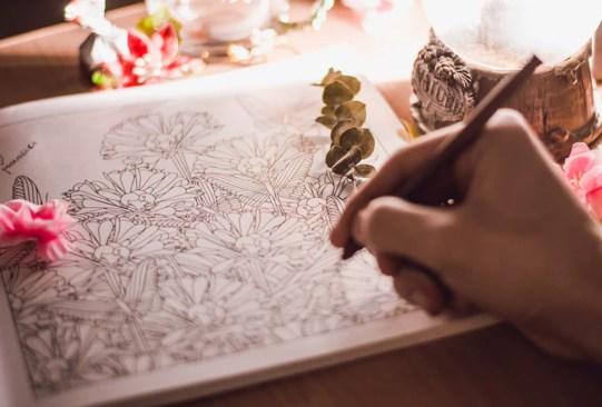 Tejer, colorear y hacer otras manualidades podrían mejorar tu salud - hacer-manualidades-tejer-mejora-tu-salud-2-300x203