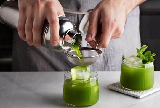 Dos de tus favoritos en este refrescante coctel de matcha y gin - receta-drink-matcha-gin-300x203