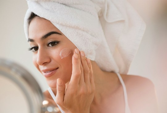 Con estos tips, tu base de maquillaje se verá tan natural como tu propia piel - tips-maquillaje-natural-1-300x203