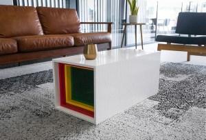 Dale un toque original a tu casa con una mesa construida ¡con Legos!